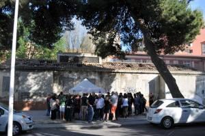 Alcuni dei partecipanti, di fronte all'edificio ora abbandonato che ospito' la Scuola popolare (foto di Dietrich Steinmetz)